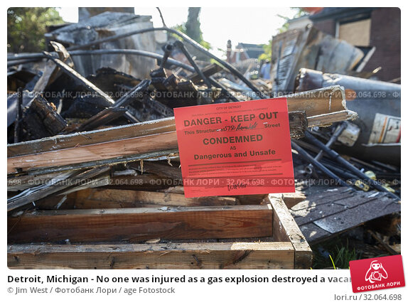 Detroit, Michigan - No one was injured as a gas explosion destroyed a vacant home on Detroit's east side and damaged the two neighboring structures. City... Стоковое фото, фотограф Jim West / age Fotostock / Фотобанк Лори