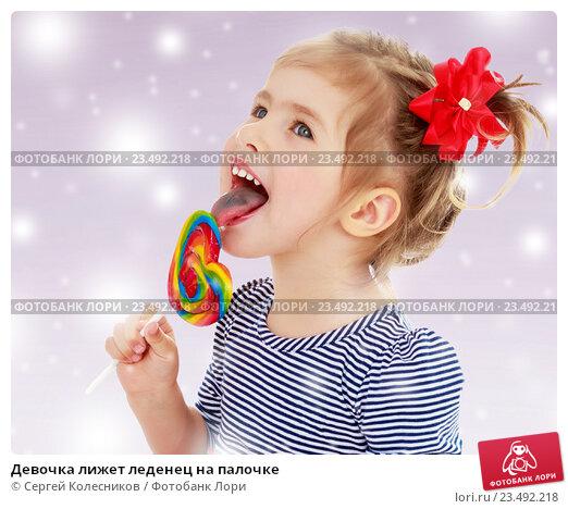Маленькая девочка облизывает член