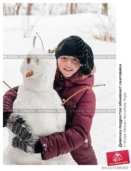 Купить «Девочка подросток обнимает снеговика», эксклюзивное фото № 3306810, снято 25 февраля 2012 г. (c) Игорь Низов / Фотобанк Лори