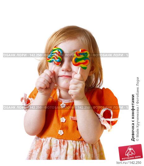 Купить «Девочка с конфетами», фото № 142250, снято 4 декабря 2007 г. (c) Майя Крученкова / Фотобанк Лори