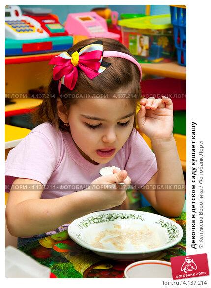 Купить «Девочка в детском саду кушает кашу», эксклюзивное фото № 4137214, снято 18 декабря 2012 г. (c) Куликова Вероника / Фотобанк Лори