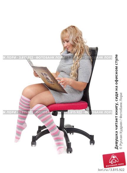 фото сидя на стуле изгиб девушки