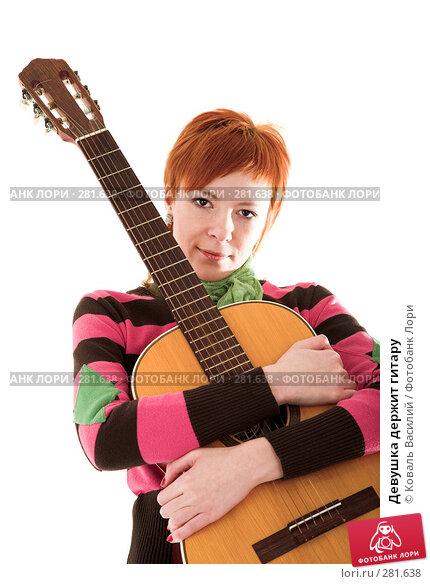 Девушка держит гитару, фото № 281638, снято 21 марта 2008 г. (c) Коваль Василий / Фотобанк Лори