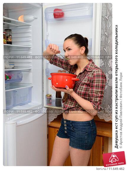 Девушка ест суп из кастрюли возле открытого холодильника. Стоковое фото, фотограф Арестов Андрей Павлович / Фотобанк Лори