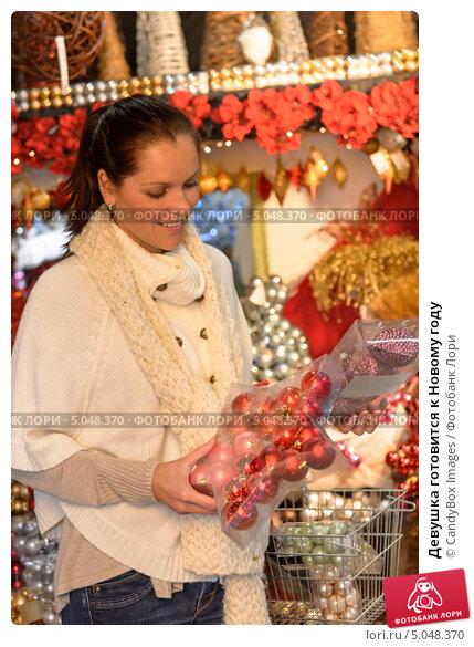 Купить «Девушка готовится к Новому году», фото № 5048370, снято 12 октября 2012 г. (c) CandyBox Images / Фотобанк Лори