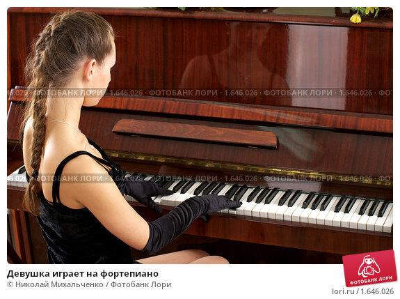 Девка с большими сиськами играет на пианино