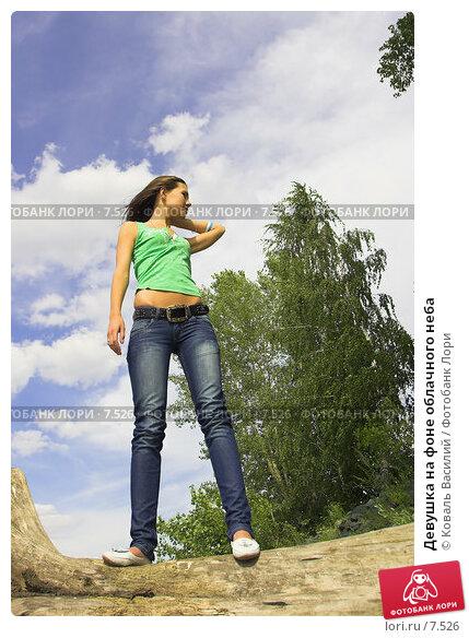 Девушка на фоне облачного неба, фото № 7526, снято 25 февраля 2017 г. (c) Коваль Василий / Фотобанк Лори