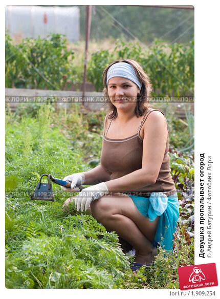 фото жены в огороде