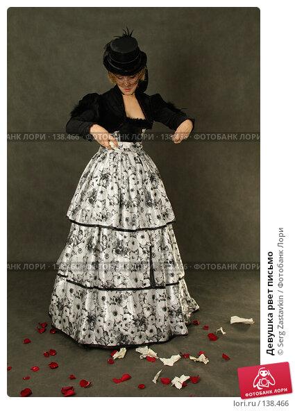 Девушка рвет письмо, фото № 138466, снято 7 января 2006 г. (c) Serg Zastavkin / Фотобанк Лори
