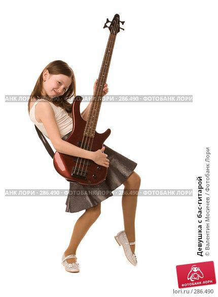 Купить «Девушка с бас-гитарой», фото № 286490, снято 2 мая 2008 г. (c) Валентин Мосичев / Фотобанк Лори