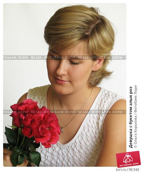 Девушка с букетом алых роз, фото № 90542, снято 28 сентября 2007 г. (c) Ольга Хорькова / Фотобанк Лори