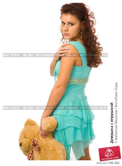 Девушка с игрушкой, фото № 186382, снято 23 декабря 2007 г. (c) Валентин Мосичев / Фотобанк Лори