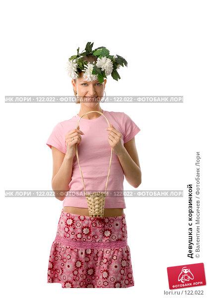 Девушка с корзинкой, фото № 122022, снято 1 апреля 2007 г. (c) Валентин Мосичев / Фотобанк Лори