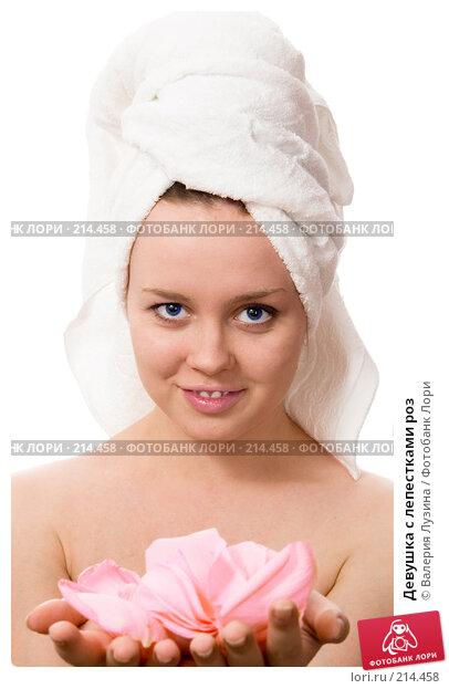 Девушка с лепестками роз, фото № 214458, снято 3 марта 2008 г. (c) Валерия Потапова / Фотобанк Лори