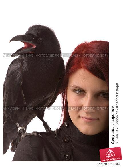 Купить «Девушка с вороном», фото № 118062, снято 27 октября 2007 г. (c) Валентин Мосичев / Фотобанк Лори