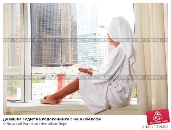 девушки и фото халате стуле на на в кухне