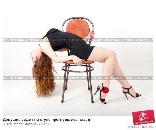 Очках секс он сидит на стуле она делает минет порно попу просвечивающие