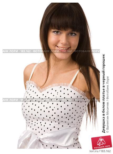 Купить «Девушка в белом платье в черный горошек», фото № 183162, снято 22 декабря 2007 г. (c) Валентин Мосичев / Фотобанк Лори
