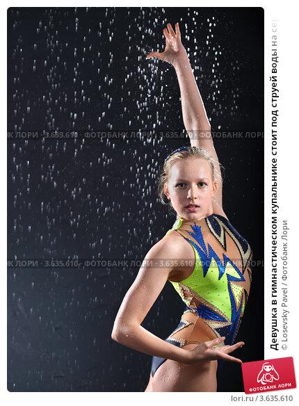 Девушка под струей воды