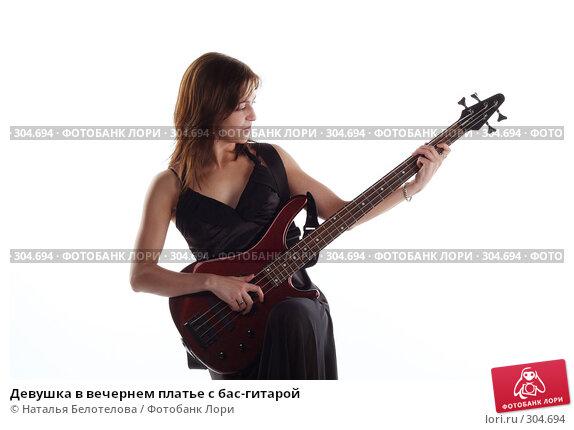 Девушка в вечернем платье с бас-гитарой, фото № 304694, снято 31 мая 2008 г. (c) Наталья Белотелова / Фотобанк Лори
