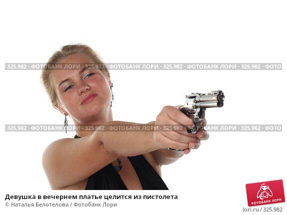 Девушка в вечернем платье целится из пистолета, фото № 325982, снято 1 июня 2008 г. (c) Наталья Белотелова / Фотобанк Лори