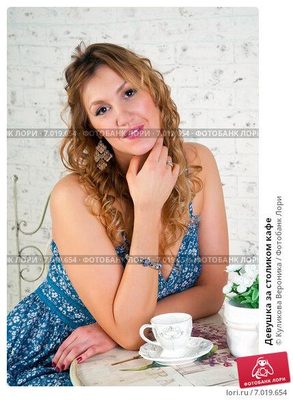 Купить «Девушка за столиком кафе», эксклюзивное фото № 7019654, снято 17 декабря 2014 г. (c) Куликова Вероника / Фотобанк Лори