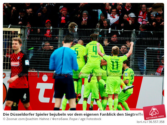 Die Düsseldorfer Spieler bejubeln vor dem eigenen Fanblick den Siegtreffer... Стоковое фото, фотограф Zoonar.com/Joachim Hahne / age Fotostock / Фотобанк Лори