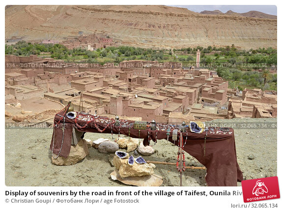 Display of souvenirs by the road in front of the village of Taifest, Ounila River valley, Ouarzazate Province, region of Draa-Tafilalet, Morocco, North West Africa. Стоковое фото, фотограф Christian Goupi / age Fotostock / Фотобанк Лори