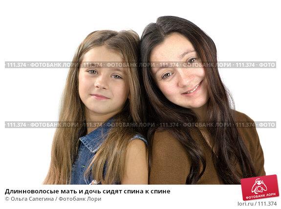 Длинноволосые мать и дочь сидят спина к спине, фото № 111374, снято 3 ноября 2007 г. (c) Ольга Сапегина / Фотобанк Лори