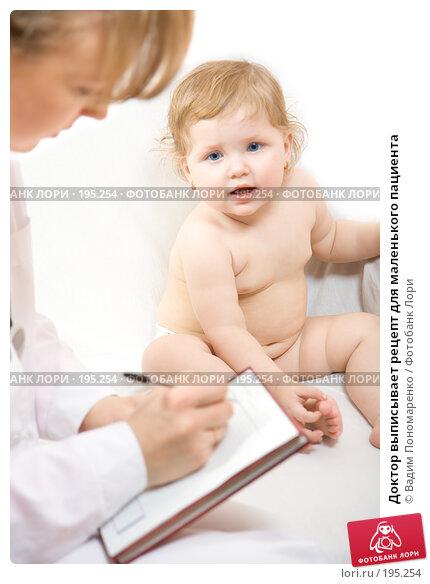 Доктор выписывает рецепт для маленького пациента, фото № 195254, снято 19 января 2008 г. (c) Вадим Пономаренко / Фотобанк Лори