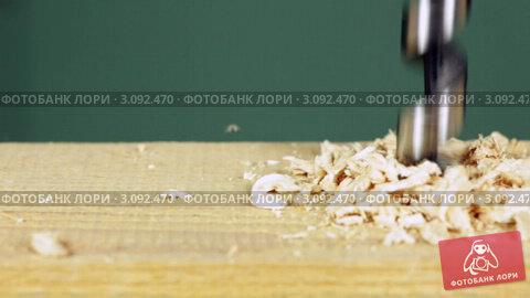 Купить «Дрелью проделывают отверстие в деревянной доске», видеоролик № 3092470, снято 26 декабря 2011 г. (c) Дмитрий Наумов / Фотобанк Лори