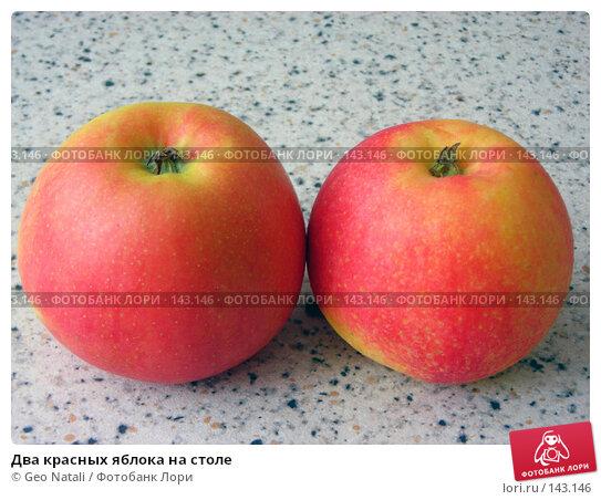 Два красных яблока на столе, фото № 143146, снято 7 декабря 2007 г. (c) Geo Natali / Фотобанк Лори