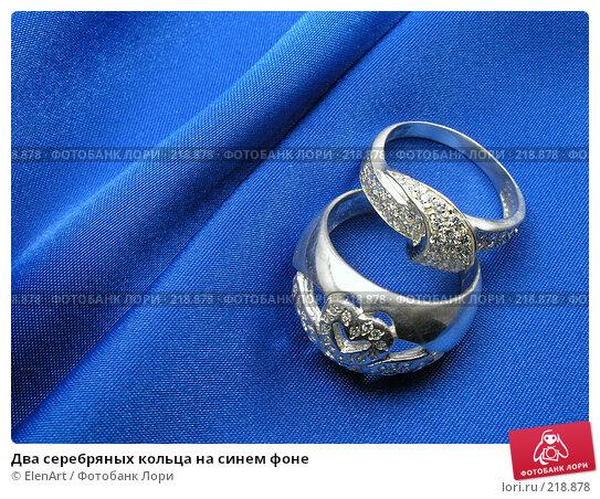 Два серебряных кольца на синем фоне, фото № 218878, снято 26 мая 2017 г. (c) ElenArt / Фотобанк Лори