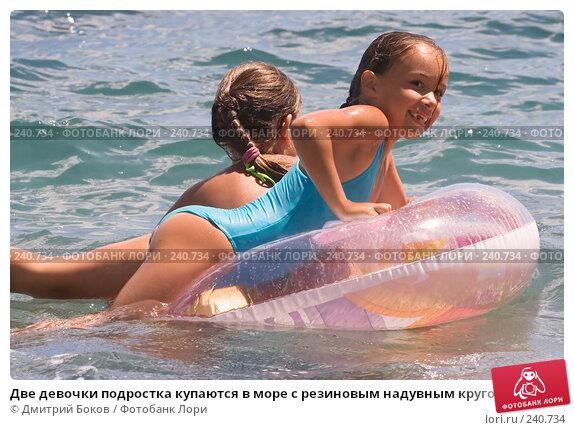 Две девочки подростка купаются в море с резиновым надувным кругом, фото № 240734, снято 21 июня 2007 г. (c) Дмитрий Боков / Фотобанк Лори