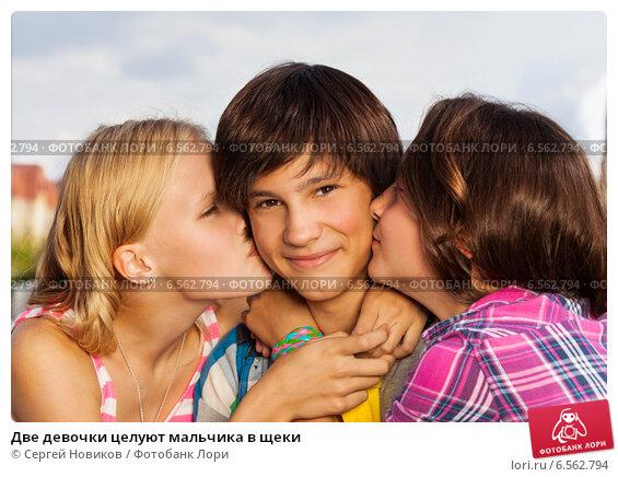 Две девушки целуют