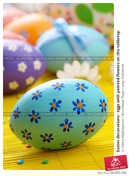 Easter decorations - eggs with painted flowers on the tabletop. Стоковое фото, фотограф Olena Mykhaylova / easy Fotostock / Фотобанк Лори
