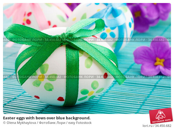 Easter eggs with bows over blue background. Стоковое фото, фотограф Olena Mykhaylova / easy Fotostock / Фотобанк Лори
