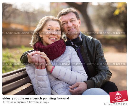 elderly couple on a bench pointing forward. Стоковое фото, фотограф Татьяна Яцевич / Фотобанк Лори