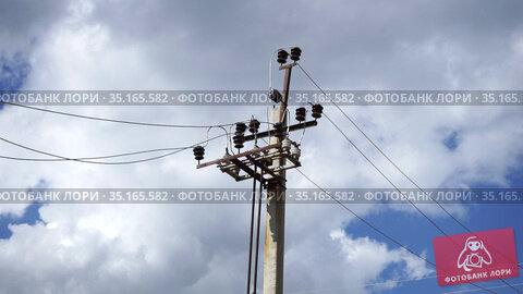 Electricity pylons and high voltage power line. Стоковое видео, видеограф Игорь Соловьев / Фотобанк Лори