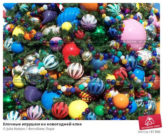 Елочные игрушки на новогодней елке, фото № 41966, снято 18 декабря 2006 г. (c) Julia Nelson / Фотобанк Лори
