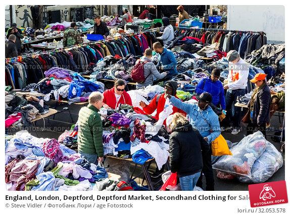 England, London, Deptford, Deptford Market, Secondhand Clothing for Sale. Стоковое фото, фотограф Steve Vidler / age Fotostock / Фотобанк Лори