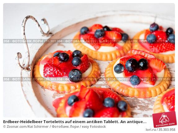 Erdbeer-Heidelbeer Torteletts auf einem antiken Tablett. An antique... Стоковое фото, фотограф Zoonar.com/Kai Schirmer / easy Fotostock / Фотобанк Лори