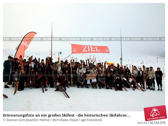 Erinnerungsfoto an ein großes Skifest - die historischen Skifahrer... Стоковое фото, фотограф Zoonar.com/Joachim Hahne / age Fotostock / Фотобанк Лори