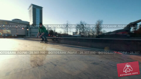 Купить «Extremal skateboarder jumping on the ramp at the street in sunset», видеоролик № 28307090, снято 23 апреля 2018 г. (c) Константин Шишкин / Фотобанк Лори