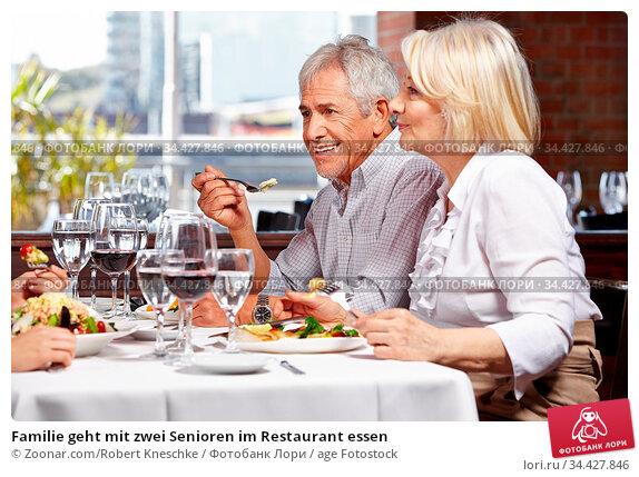 Familie geht mit zwei Senioren im Restaurant essen. Стоковое фото, фотограф Zoonar.com/Robert Kneschke / age Fotostock / Фотобанк Лори