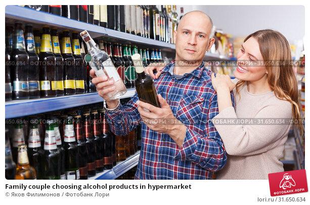 Купить «Family couple choosing alcohol products in hypermarket», фото № 31650634, снято 11 апреля 2018 г. (c) Яков Филимонов / Фотобанк Лори