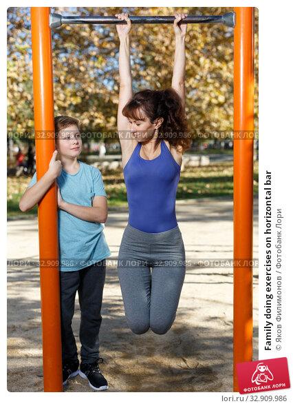 Family doing exercises on horizontal bar. Стоковое фото, фотограф Яков Филимонов / Фотобанк Лори