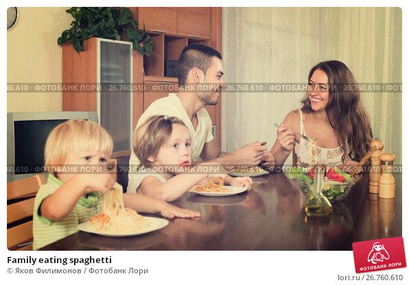 Family eating spaghetti, фото № 26760610, снято 20 сентября 2017 г. (c) Яков Филимонов / Фотобанк Лори