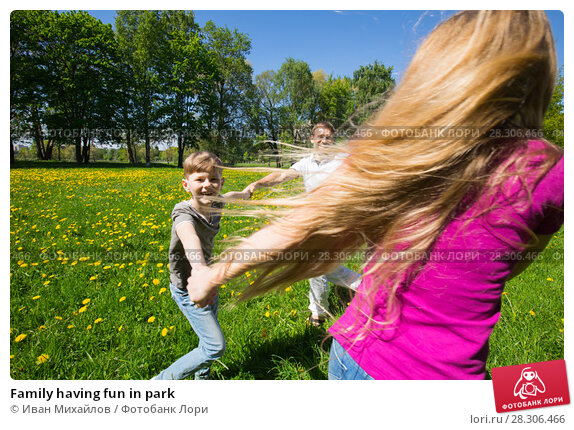 Купить «Family having fun in park», фото № 28306466, снято 7 июня 2017 г. (c) Иван Михайлов / Фотобанк Лори