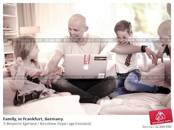 Family, in Frankfurt, Germany. Стоковое фото, фотограф Benjamin Egerland / age Fotostock / Фотобанк Лори